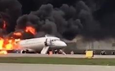 Sukhoi chở 78 người ở Nga hạ cánh khẩn cấp, ngập trong khói lửa ở sân bay