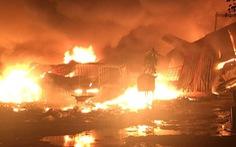 Vựa ve chai 2.000m2 cháy dữ dội trong đêm, dân ôm đồ tháo chạy