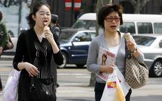 Chợ Nhật vừa muốn có khách, vừa muốn cấm 'vừa đi vừa ăn'