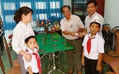 Nhặt được túi vàng, 2 học sinh lớp 3 nộp cho trường tìm người mất