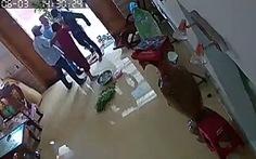 4 người đàn ông xông vào nhà đánh 1 phụ nữ chấn thương sọ não
