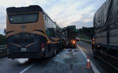 Xe giường nằm tông xe đầu kéo trên cao tốc, 3 người bị thương nặng