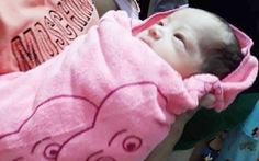 Tìm thấy bé sơ sinh trong túi nilông treo trên xe máy bên đường
