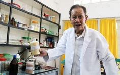 Giáo sư 83 tuổi ngày ngày 'hóa phép' rác thành... tiền