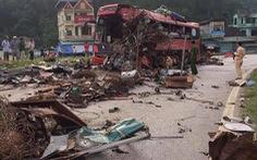 Xe khách nát bét sau va chạm với xe tải, 3 người chết, gần 40 người bị thương
