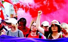 Phụ nữ biểu tình ở xử sở hạnh phúc Thụy Sĩ để đòi gì?