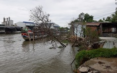 Ba căn nhà bị sạt lở, rơi xuống sông trong đêm