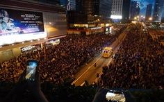 Biển người biểu tình Hong Kong nhường lối cho xe cứu thương