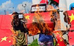 Dân Philippines đốt cờ Trung Quốc sau phát ngôn của ông Duterte