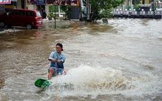 Lướt ván trên… đường phố phản đối ngập lụt