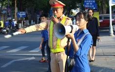 Bạn trẻ cầm loa ra đường tuyên truyền giao thông