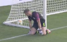 Video thủ môn U21 Anh thành trò cười với pha bắt hụt bóng tệ hại