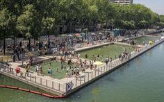 Paris mở cửa công viên, hồ bơi suốt đêm cho dân chống nóng