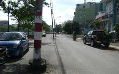 Cột điện cả hàng giữa đường khiến dân phập phồng
