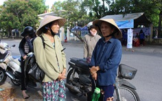 Hai con bị mù, bà ngoại 71 tuổi lội bộ 5km đón xe đưa cháu đi thi
