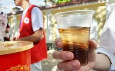 Học sinh đàn em tặng nước mát cho học sinh đàn anh đi thi