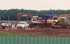 Bánh xe cẩu phát nổ, hai người tử vong ngay tại công trình