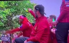 Video HLV Jurgen Klopp 'chơi khăm' khi lén đổ bia lên đầu học trò