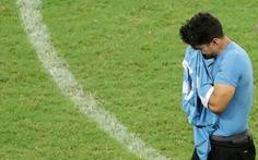 Suarez 'sụp đổ' sau khi đá hỏng luân lưu khiến Uruguay bị loại