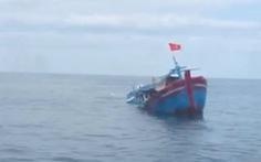 Cứu 4 phụ nữ và 2 trẻ em trên tàu cá bị chìm giữa biển Quảng Ngãi
