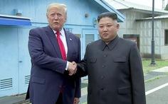 Ông Trump bước qua biên giới gặp chủ tịch Kim Jong Un