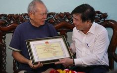 Chủ tịch UBND TP.HCM thăm, tặng quà người cao tuổi