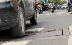 Phập phồng đi ngang những nắp cống 'ỡm ờ' trên mặt đường Sài Gòn
