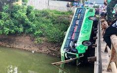 Xe khách lao xuống sông, một người chết, nhiều người bị thương