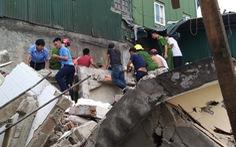 Nhà hai tầng đổ sập khi phá dỡ, 2 người bị vùi lấp