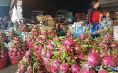 Chợ dịp Tết Đoan Ngọ hút hàng, giá trái cây tăng sốc
