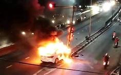 Tông trụ đèn đỏ, xe hơi bốc cháy ngùn ngụt