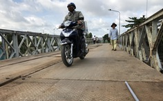 Cầu Tân Nghĩa thông xe, cho xe máy và người đi bộ qua cầu