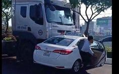 Video ớn lạnh cảnh xe taxi bị xe đầu kéo ủi đi hàng chục mét trên đường