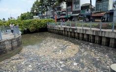 Rác - rác - rác... từ trên bờ xuống dưới kênh