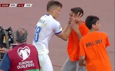 Video ngôi sao tuyển Ý 'hờn dỗi' đá bóng trúng mặt chú bé lượm banh