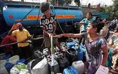 Hạn hán kéo dài, bác sĩ Ấn Độ phải mua nước để phẫu thuật