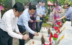 Ông Trương Tấn Sang dâng hương ở nghĩa trang liệt sĩ Vị Xuyên