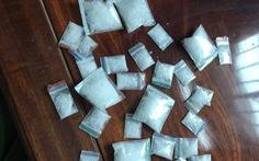 Bắt giữ nghi phạm bán ma túy giấu 'hàng' trong... đống vỏ dừa