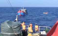 Video: Tàu cảnh sát biển cứu thành công 6 ngư dân từ Hoàng Sa về đất liền an toàn