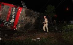 Lật xe khách khi khách đang ngủ trong đêm, 1 người chết, nhiều người cấp cứu