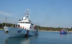 Cảnh sát biển ra Hoàng Sa cứu tàu cá trôi dạt nửa tháng