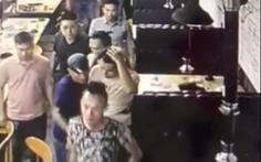 Chủ nhà hàng bị nhóm xăm trổ đập chén vô đầu