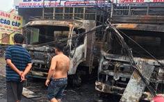 2 xe tải cháy rụi trong đêm, tự cháy hay bị ném bom xăng?
