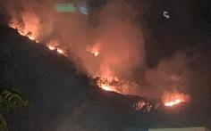 Cháy rừng trên núi Phước Lý, cứu hỏa chỉ chữa được dưới chân núi