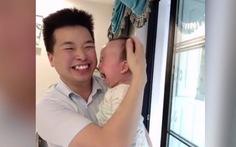 Video siêu dễ thương em bé phản ứng ra sao khi được xoa đầu?