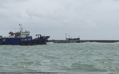 Tàu chở hàng chục tấn dầu không rõ nguồn gốc chìm ở cảng Phú Quý