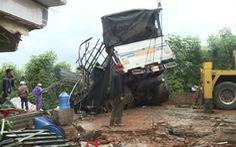 Xe tải đổ đèo đâm vào nhà dân