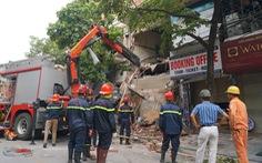 Nhà hai tầng trên phố cổ Hà Nội bất ngờ đổ sập lúc sáng sớm
