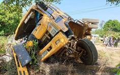 Qua đường ngang, xe tải bị tàu hỏa tông văng 10m, tài xế xe tải đi cấp cứu