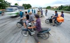 Sau vụ tai nạn 6 người chết ở Hải Dương, người dân vẫn liều mình qua đường